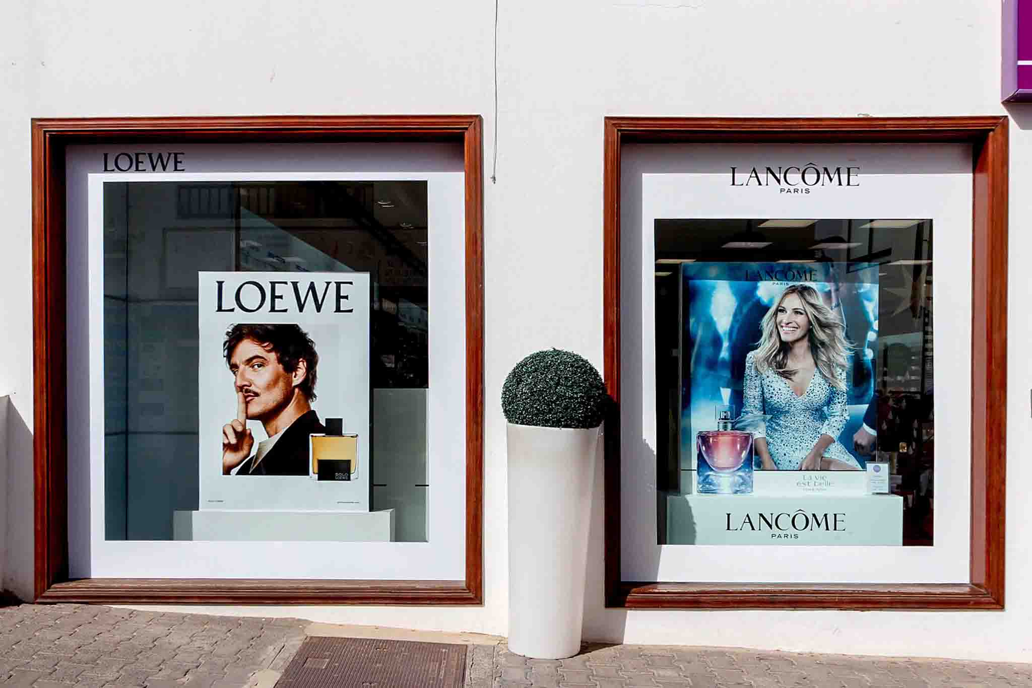 Escaparate Loewe (narcos) y Lamcome (J.Robert)  madera