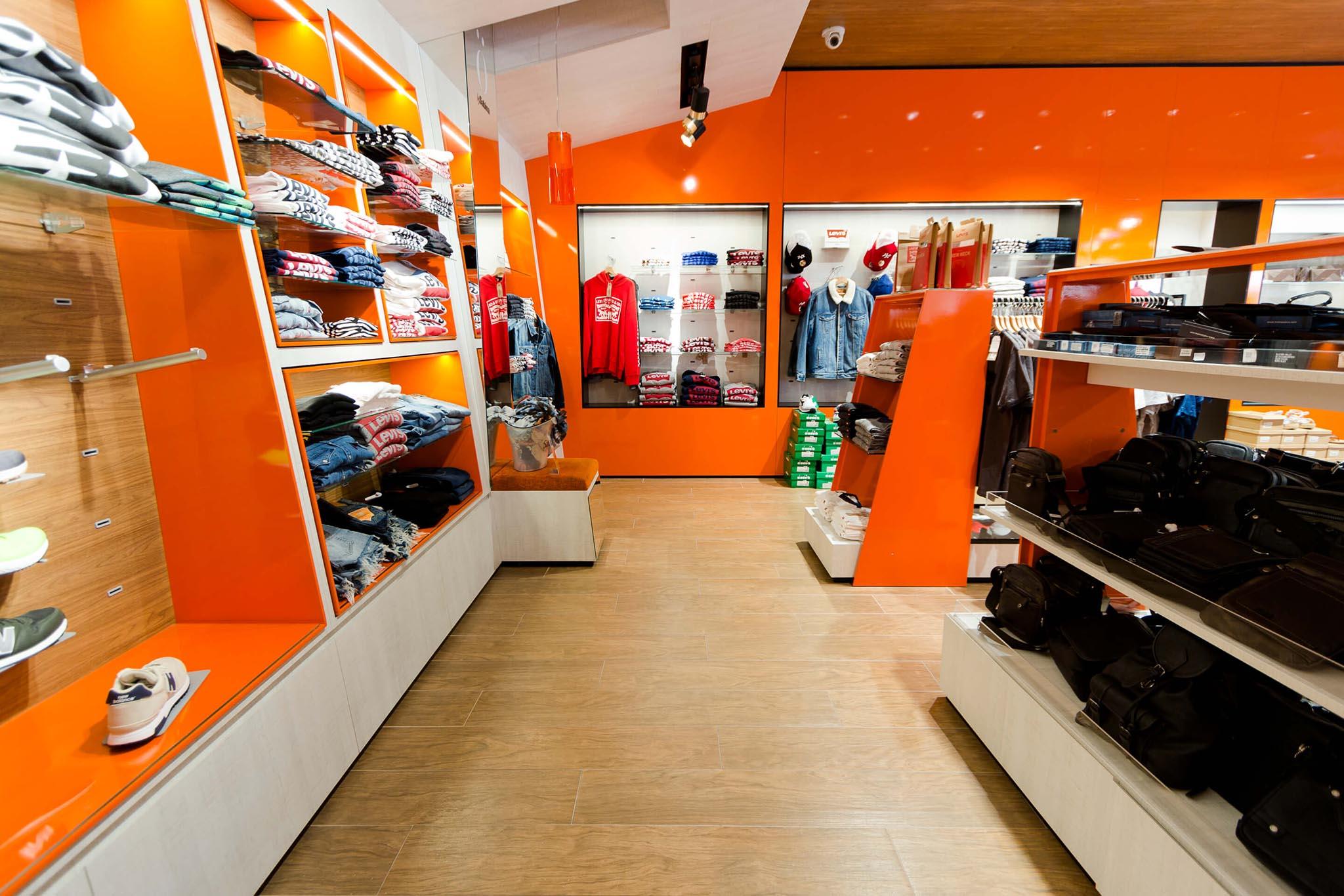 Sabina tienda (naranja) esquina ropa masculina