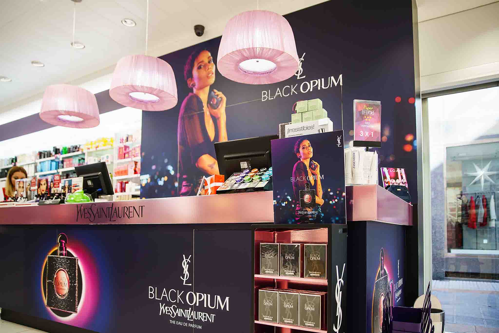 Mostrador YSL lámparas rosas black opium