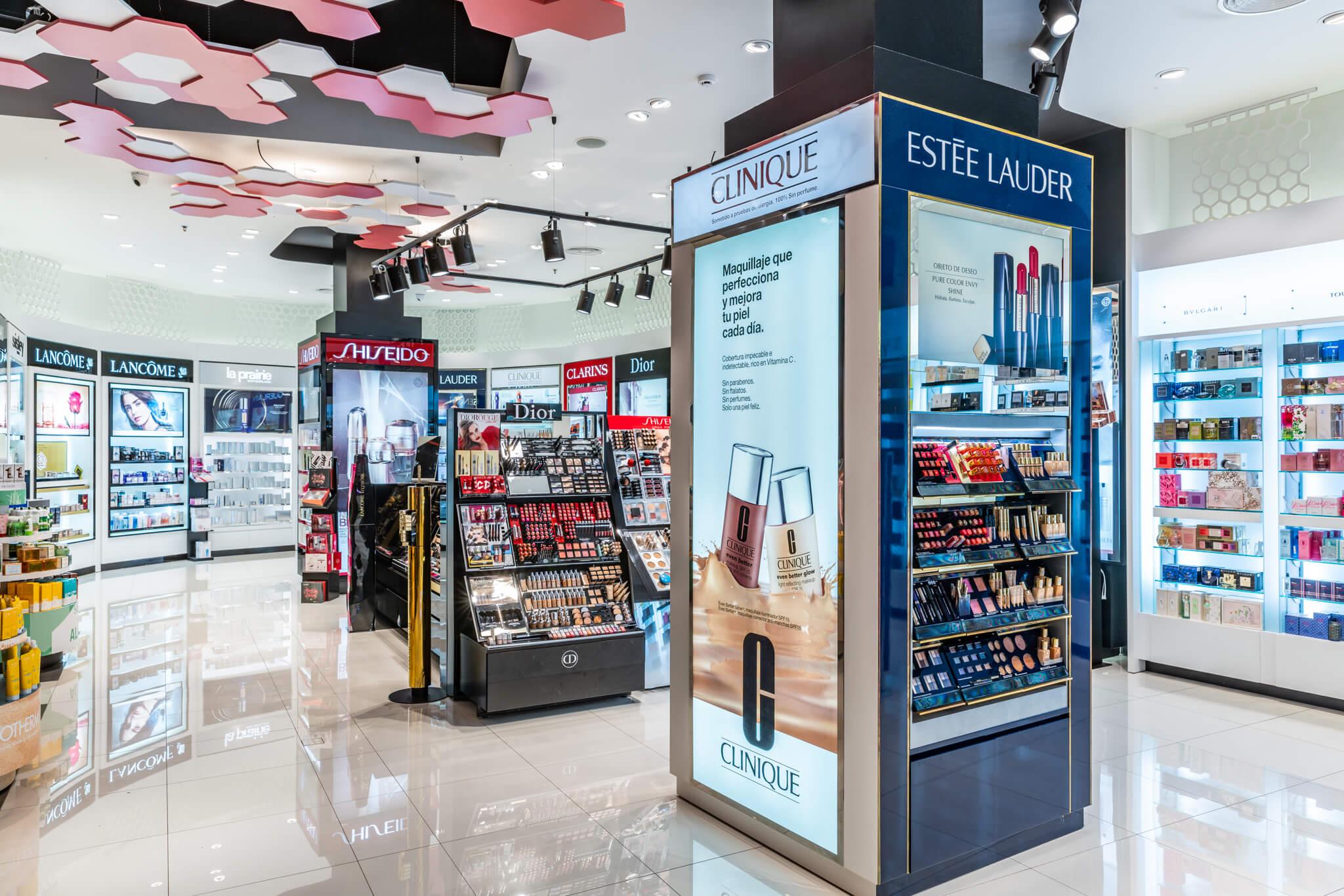 Perfumería Siam (Sabina). Columna Estel Lauder, Shiseido (atrás) expositores colorido