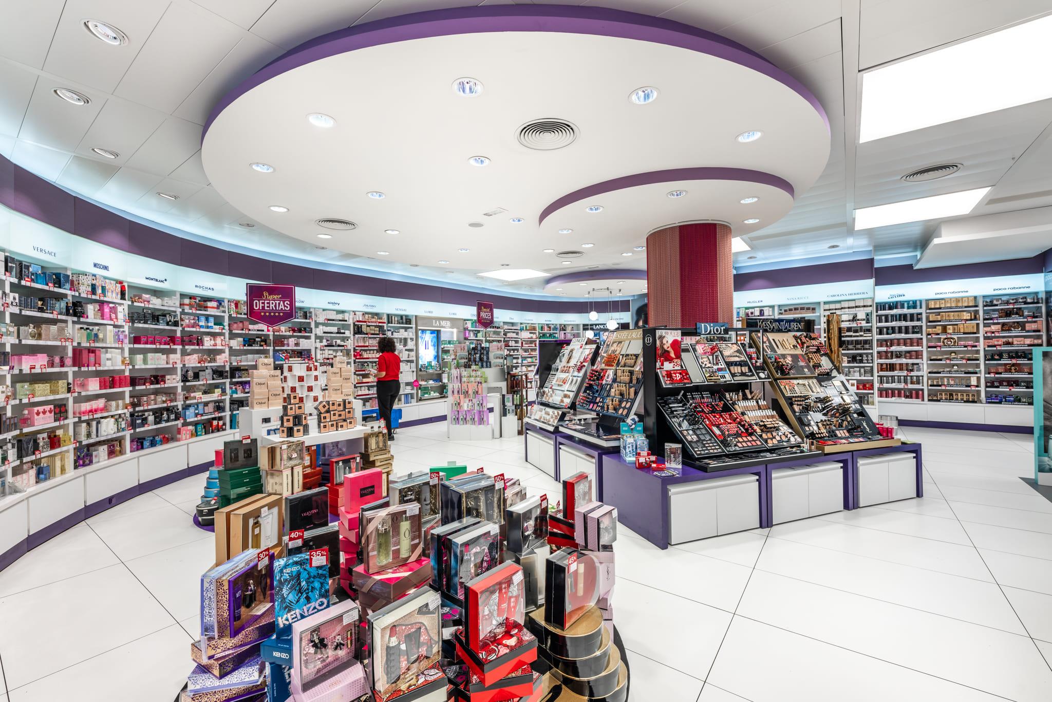 Perfumería dalia con dos círculos techo, expositores colorido y cajas en el suelo