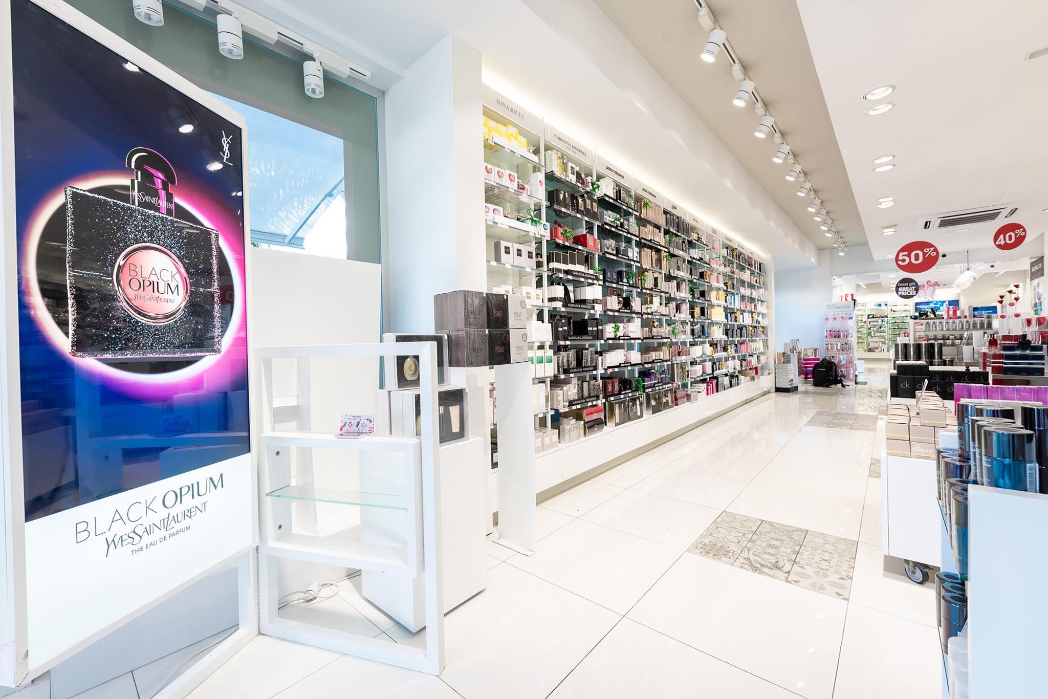 Visual YSL y perfumería con perfumes estantería zona izquierda