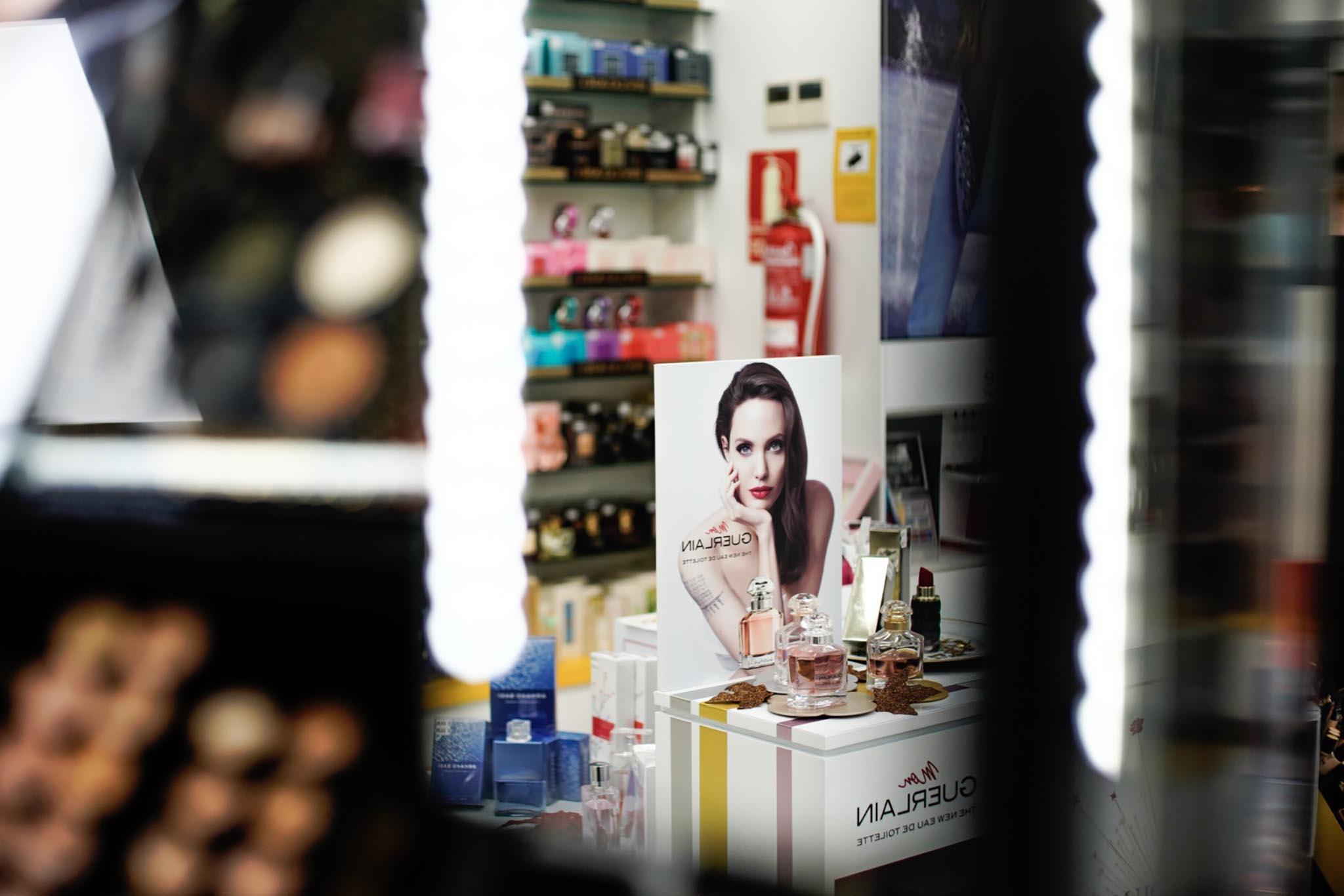 Podium Guerlain (Angelina Jolie) a través del espejo