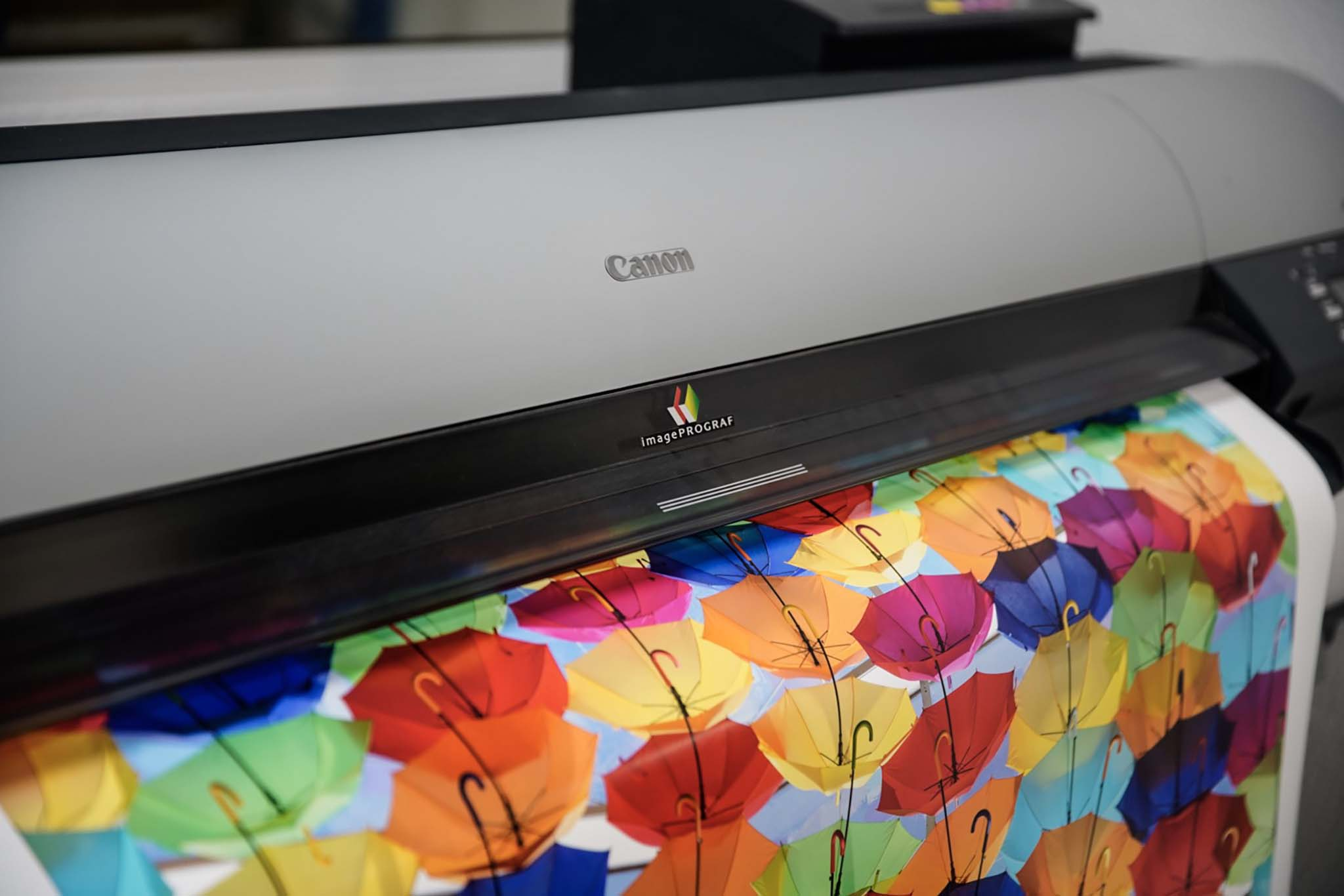 Impresora Canon cerca, imagen paraguas