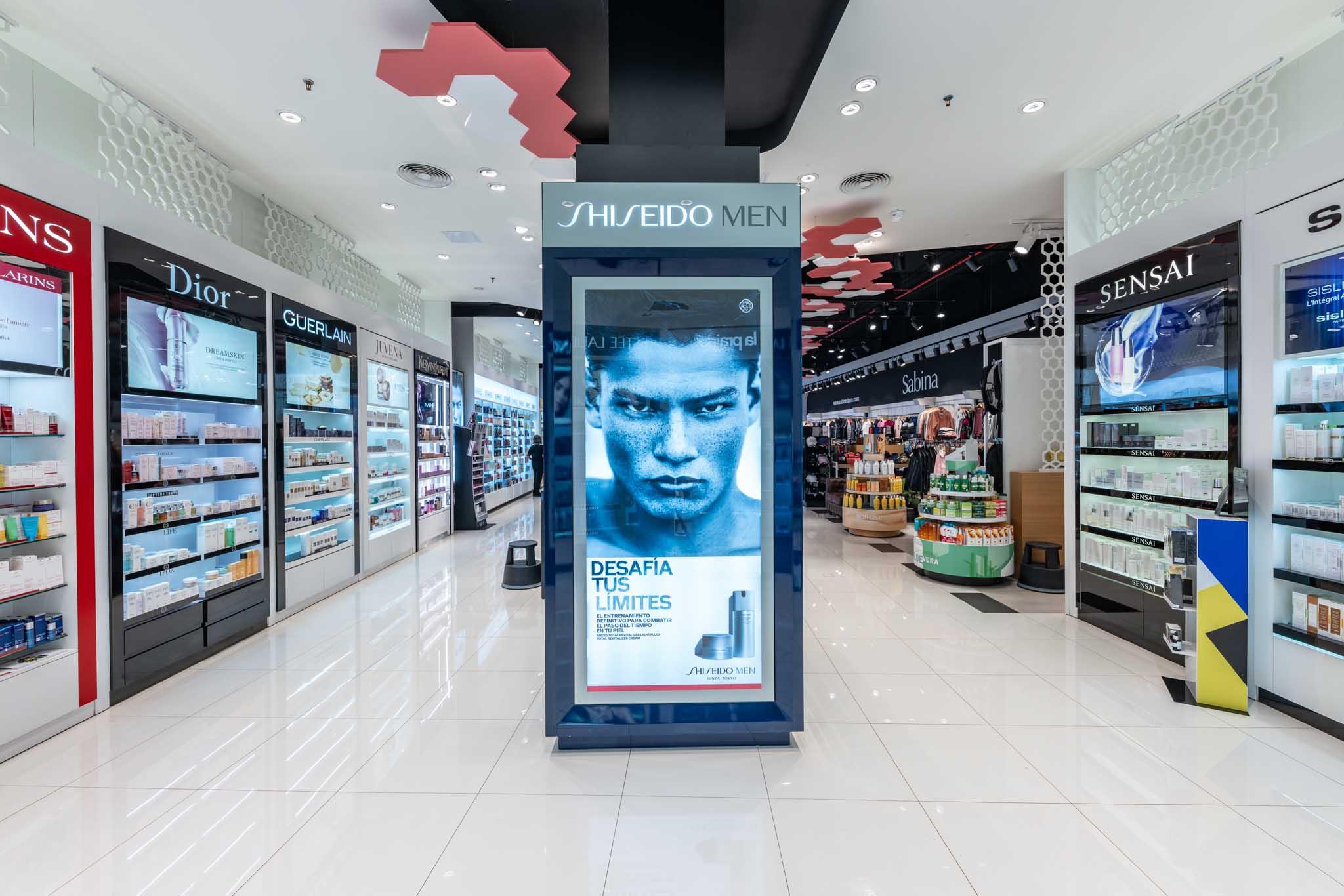 Columna Shiseido. Sensai instalación. Instalación izquierda Clarins, Dior, Guerlain