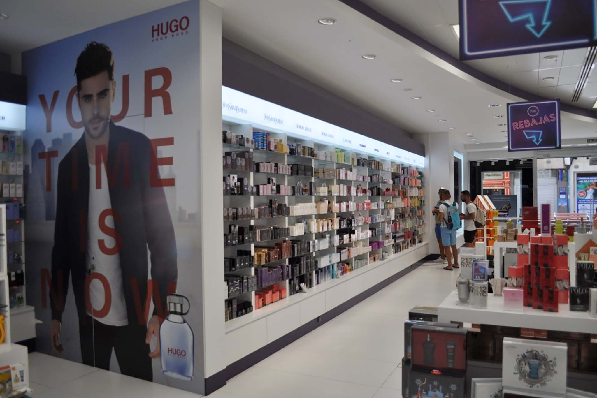 Pared (perfumería Dalia triana) hugo boss Zac Efron