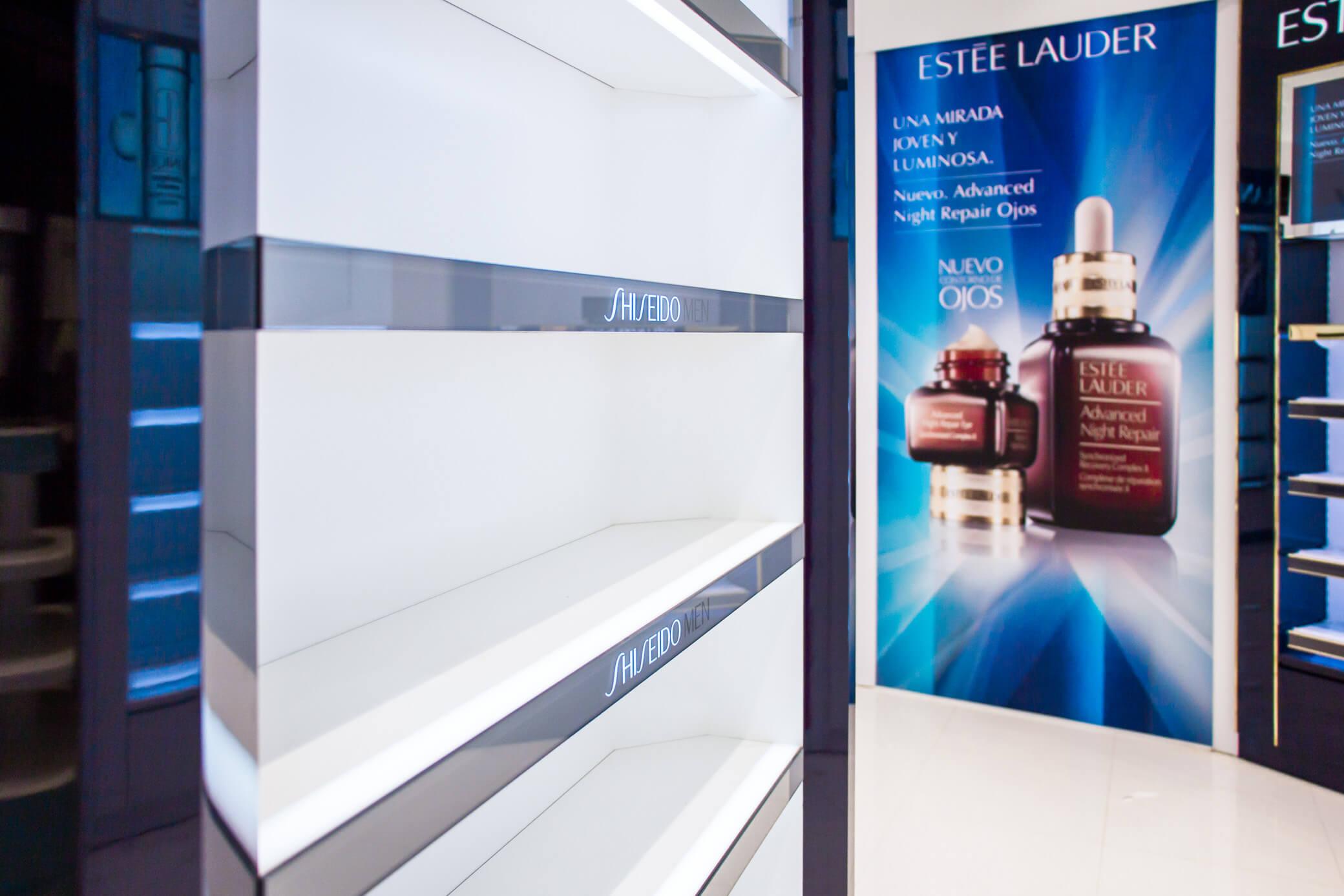 Visual Estel Lauder y estantería Shiseido