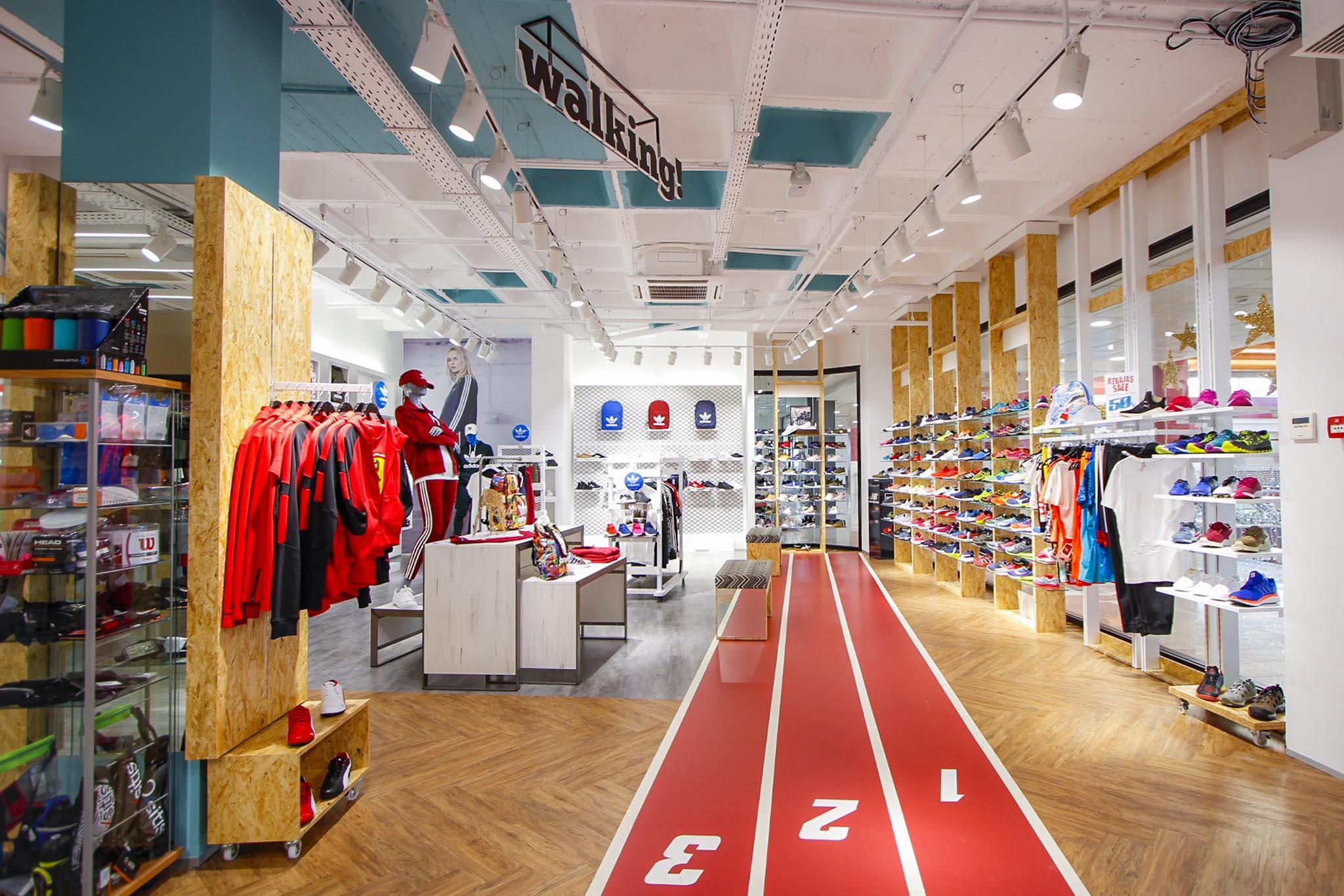 Tienda deporte Tenerife con líneas correr en el centro playeras a la derecha